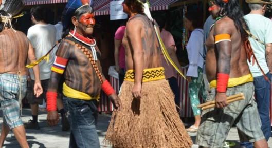 indios-andando-cidade-750x410