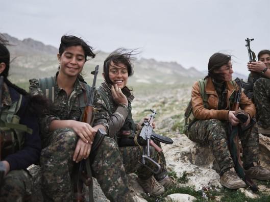"""""""Um dos trunfos da esquerda curda é o engajamento das mulheres em todas as frentes de luta, incluindo o braço armado das milícias populares, as Unidades de Autoproteção das Mulheres (YPJ)"""""""