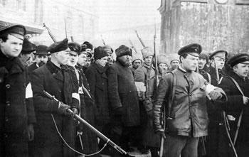 Insurretos prendendo e escoltando policiais à paisana em Petrogrado nos dias da revolução (Imagem: Reprodução)